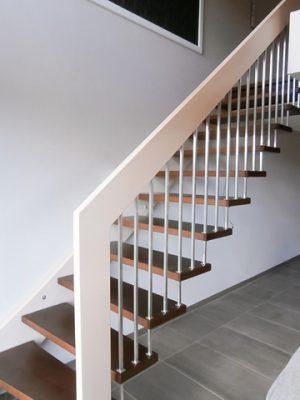 Handlauftragende Treppe mit Wandwange, gedämpfte Buche, Wangen und Handlauf deckend weiß lackiert, Stufen dunkel gebeizt und lackiert, Stäbe und Distanz zwischen den Stufen Edelstahl 16x16 mm