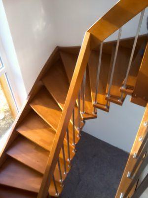 Handlauftragende Treppe mit Wandwange