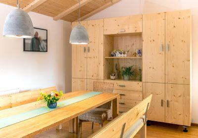 Schrank und Bänke: 3-Schichtplatte Fiche lackiert, Tisch: Schichtplatte Bambus karamell