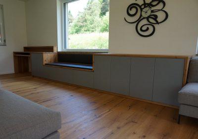 Flacher Schrank mit Schreibtisch und Sitzbank, Eiche astig geölt, Front Dekorplatte grau