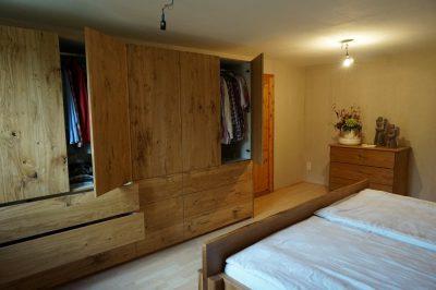 Schlafzimmer und Bett, Eiche rustikal geölt, ohne Griffe zum Öffnen mit TIP-ON